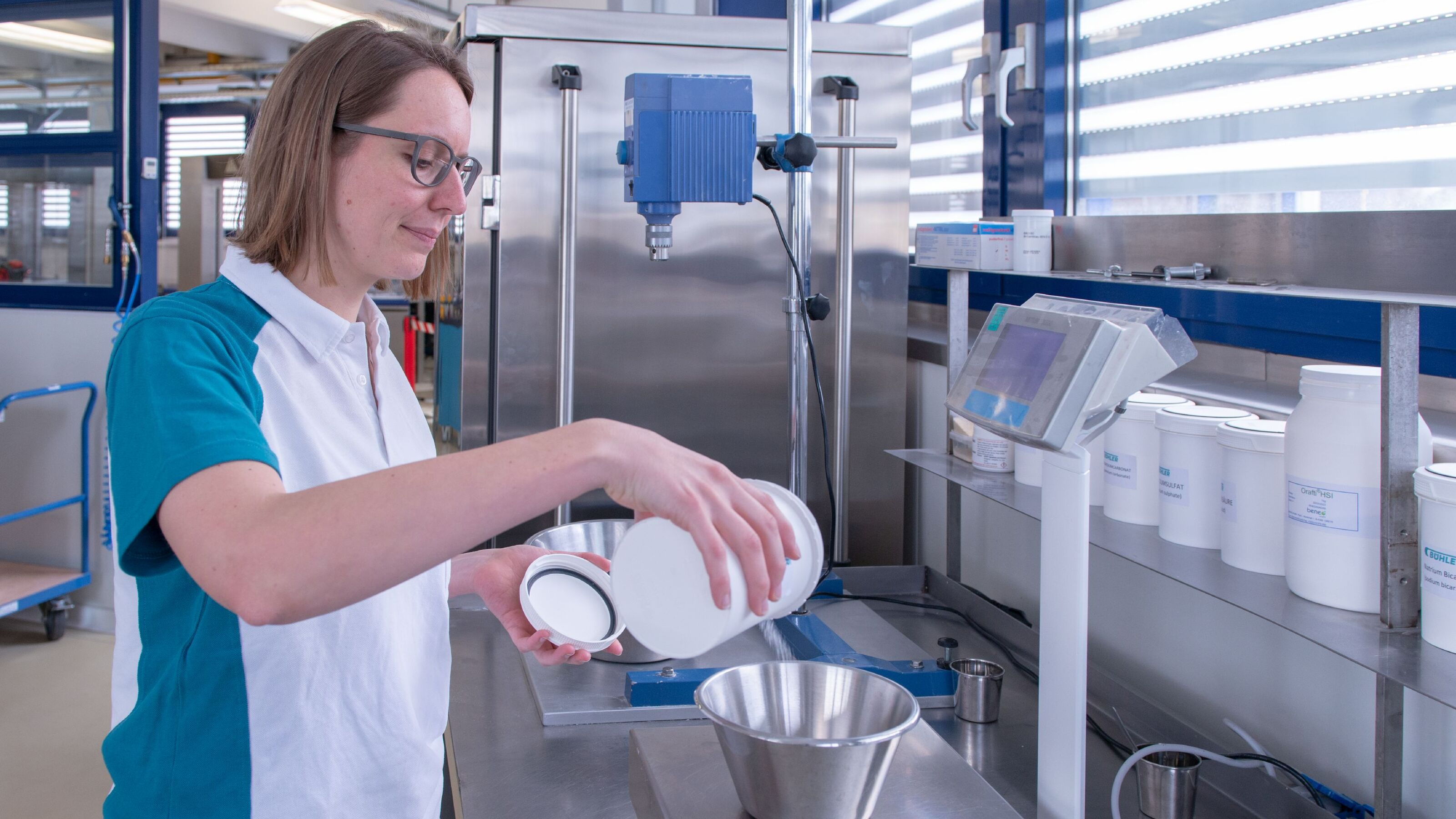 Formador y experto de Bühler pesando ingredientes.